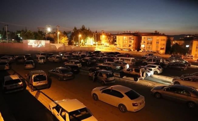 Burdur'da ilk arabada açık hava sineması