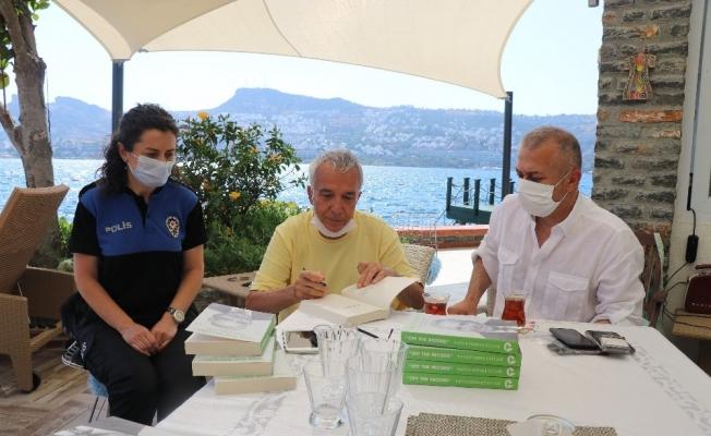 Gazeteci-Yazar Yavuz Donat yüzlerce kitabını emniyete bağışladı