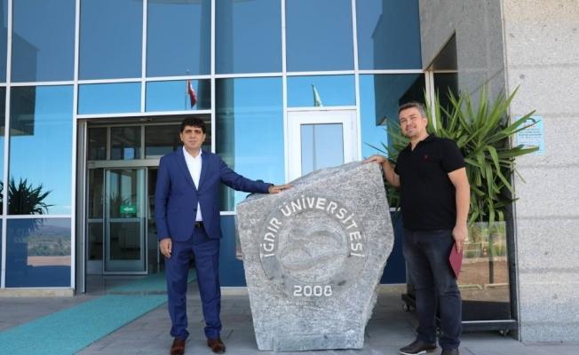 Kaya Tuzuna Iğdır Üniversitesinin logosu işlendi
