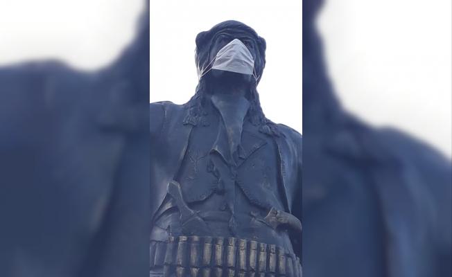 Zeybek heykeline maske taktılar