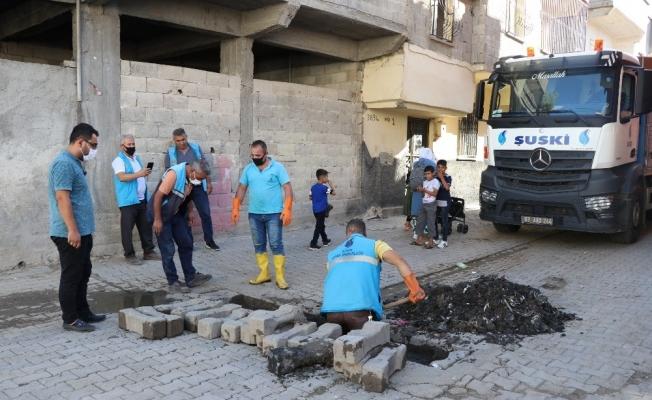 Kurbanda atıkların tıkadığı kanallar ekipler tarafından açılıyor