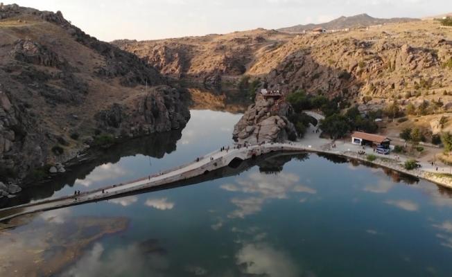 Tarih ve doğanın iç içe olduğu binlerce yıllık köprü ziyaretçilerini cezbediyor