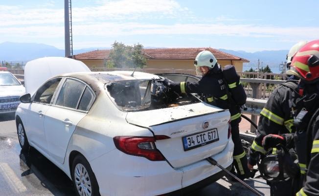 Tatile giden çiftin yanan otomobillerinden son anda kurtuldu