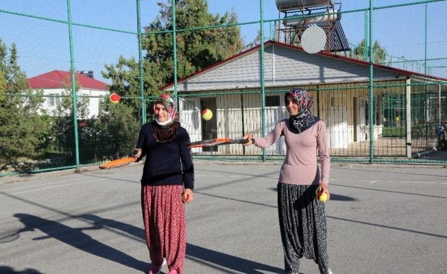 Yörük kızları, tenis kursuna şalvar'la katıldı