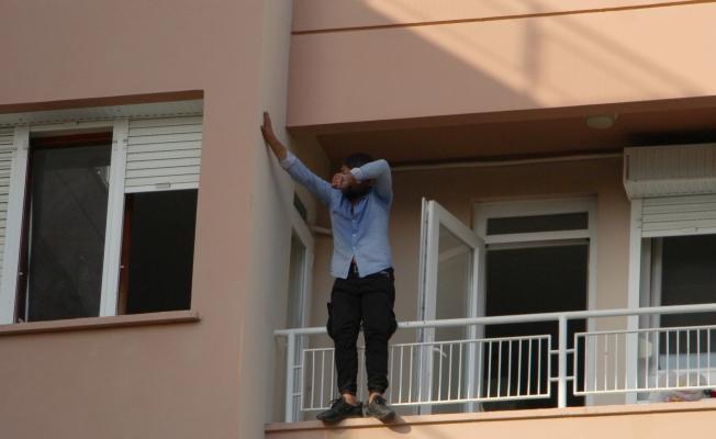 3. kat balkon demirlerinde hareketli dakikalar