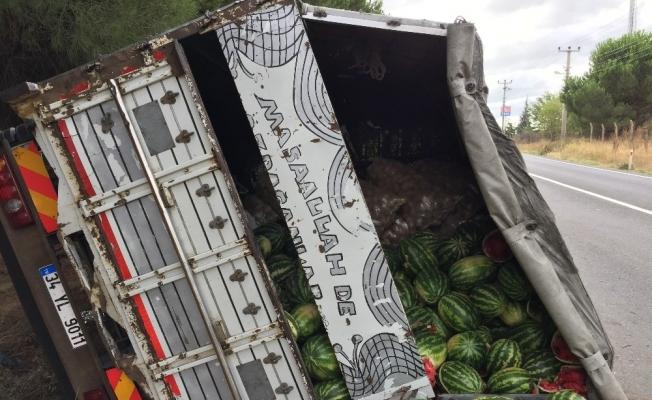 Edirne'de karpuz yüklü kamyon devrildi: 1 yaralı