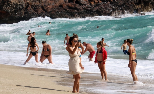 Alanya'da turistlerin deniz keyfi