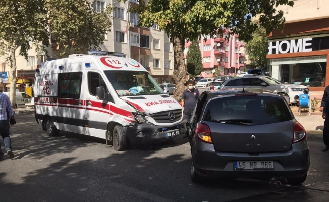 Ambulans otomobile çarptı: 2 sağlıkçı yaralı