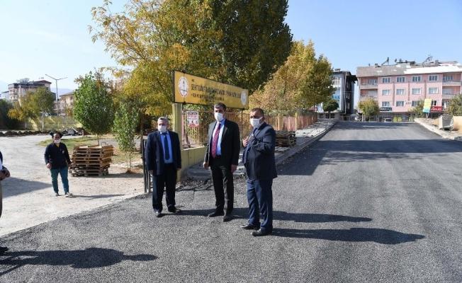Başkan Asya, 4 okulun bulunduğu sokağın kaldırımını bizzat döşedi