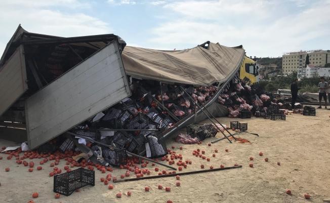 Gazipaşa'da domates ve nar yüklü TIR'ın dorsesi patladı