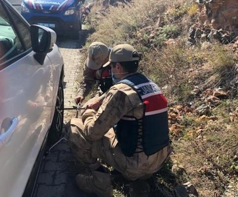 Jandarma ekipleri lastiği patlayan sürücüye yardım etti