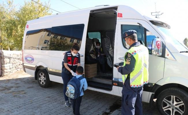 Jandarma ekipleri, okul servis araçlarını denetledi
