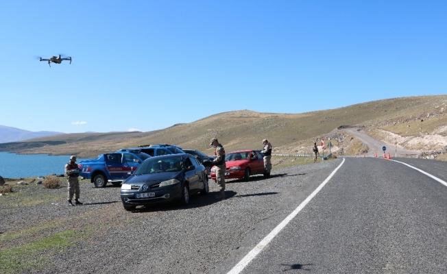 Jandarma ekiplerinden drone ve narkotik köpekle yol kontrolü