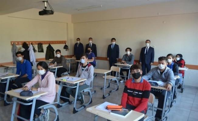 Kaymakam Divli, okulları ziyaret ederek öğrencilerle buluştu