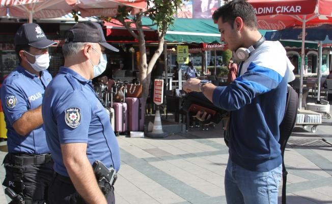 Maskesini takmayan gencin polise verdiği tepki pes dedirtti!