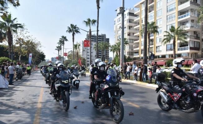 Mersin'de polis motosiklet tutkunlarıyla şehir turu attı