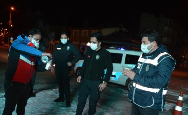 Eksi 10 derecede görev başındaki polislere vatandaşlar çay ikram etti