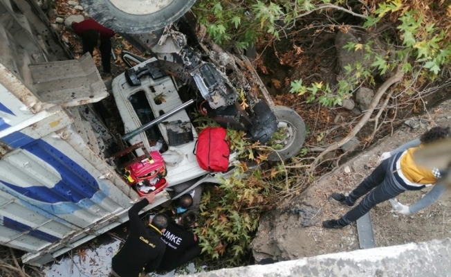 Siirt'te kamyon köprüden yuvarlandı: 1 yaralı