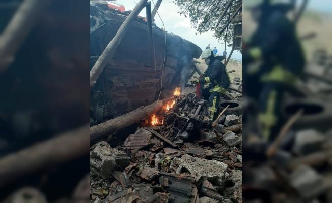 Taklalar atan otomobil, deponun üzerine düştü: 1 kişi yaralandı