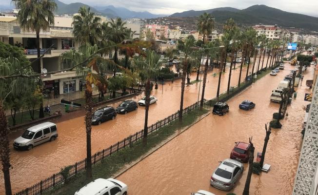 Gazipaşa'da kısa süren şiddetli yağış sele sebep oldu