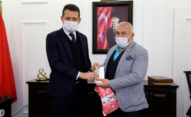 Başkan Şahin kolonya ve maske dağıttı