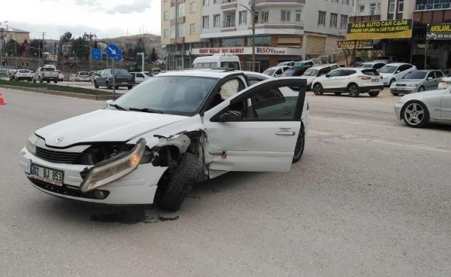 Besni'de iki otomobil çarpıştı