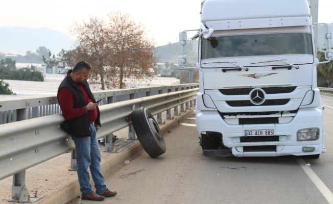 Gazipaşa'da TIR şoförü uçuruma yuvarlanmaktan bariyerler sayesinde kurtuldu