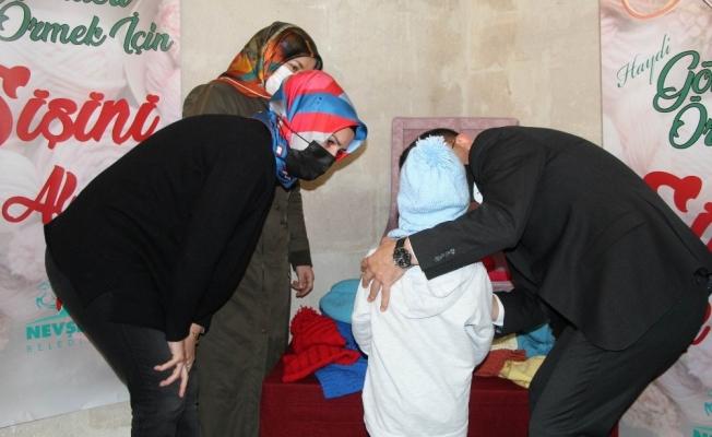 Kadınlar ördü, 700 ihtiyaç sahibi öğrenci atkı ve bereye kavuştu