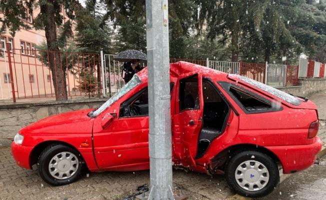 Lastiği patlayan otomobil aydınlatma direğine çarptı: 1 yaralı