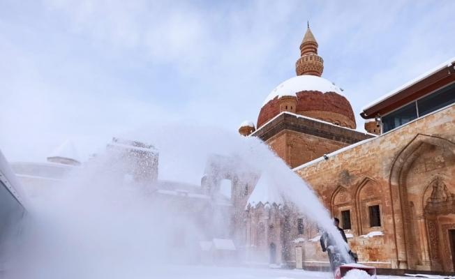 Tarihi İshak Paşa Sarayı'nda kar temizliği