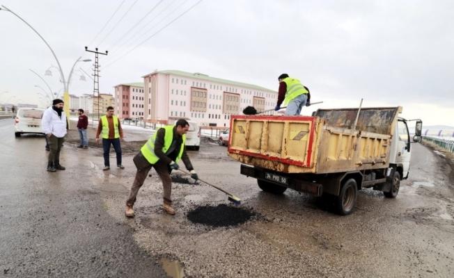 Ağrı'da tahrip olan yollar onarılıyor