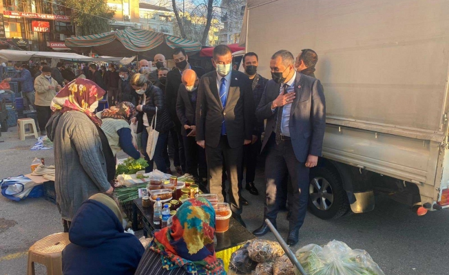 Alanya'da MHP'liler pazar esnafını ziyaret etti