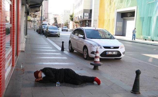 Alkollü kişi kaldırımda sızdı kaldı, ekipler zor anlar yaşadı