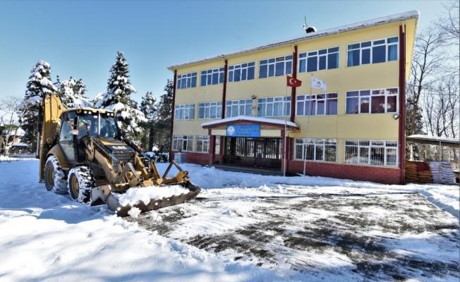 Altınordu'da okul bahçeleri kardan temizlendi