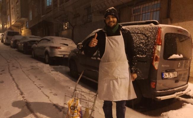 Bozacının karlı sokaklarda ekmek mücadelesi