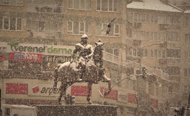 Bursalılar yoğun kar altında yürüdü
