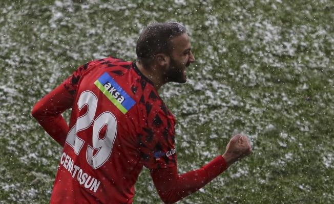 Cenk Tosun, Beşiktaş'a dubleyle döndü
