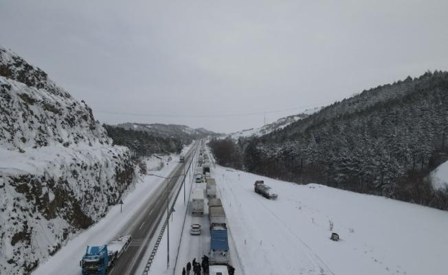 Çorum-Samsun karayolu yoğun kar yağışı ve buzlanma nedeniyle ulaşıma kapandı