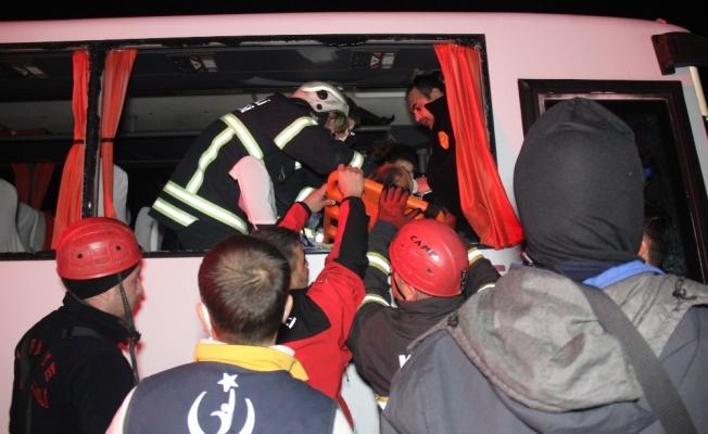 Halk otobüsü tıra çarptı: 6 yaralı