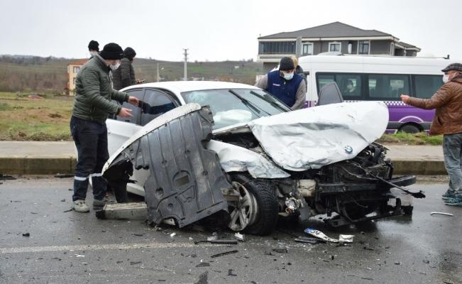 Duble yolda iki lüks araç çarpıştı: 3 yaralı
