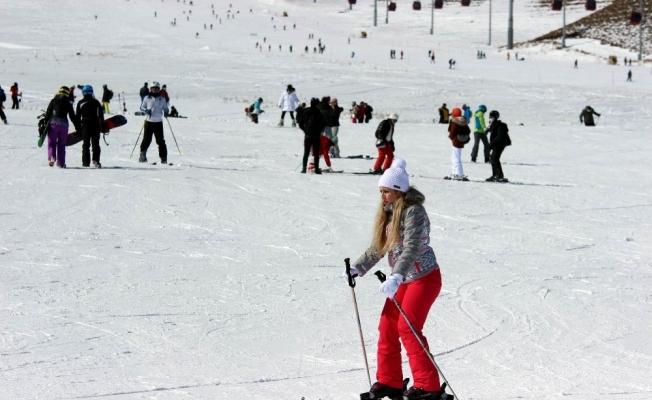 Erciyes'te kar kalınlığı 2 metreye yaklaştı, pistler tatilcilerle doldu