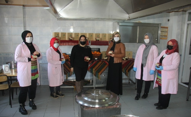 Ev hanımlarının ürettiği mandalina reçelleri sofraları süslüyor
