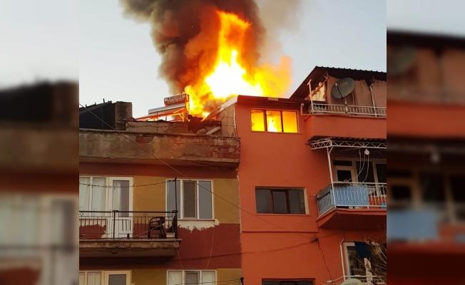 Hisarcık'ta çıkan yangında iki binanın çatı katı zarar gördü