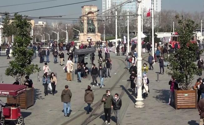 """İstiklal Caddesi'nde """"İğne atsan yere düşmez"""" dedirten manzara"""