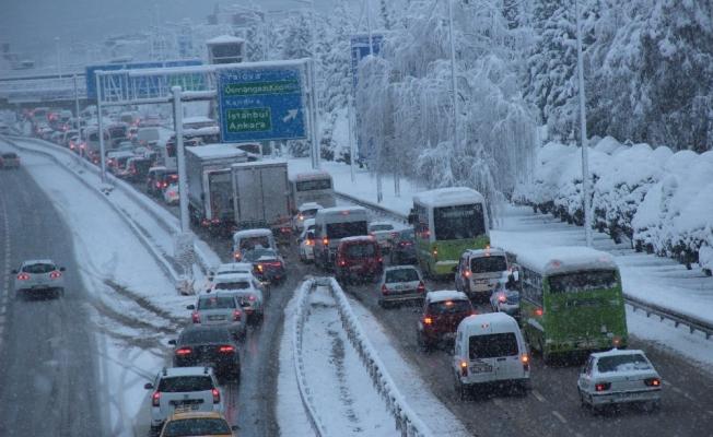 Kar yağışı D-100'de trafiği yoğunlaştırdı