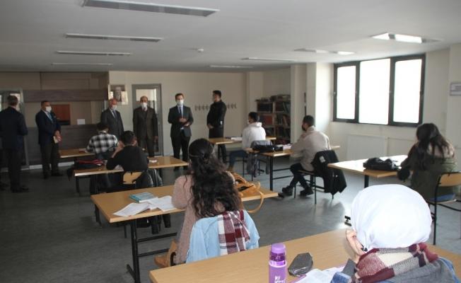 Kaymakam Demirer'in kütüphane ziyareti