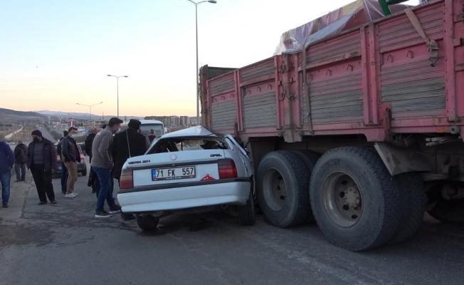 Kırıkkale'de otomobil kamyona ok gibi saplandı: 2 yaralı