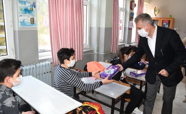 Kuşadası Belediyesi öğrencilere eğitim seti dağıttı