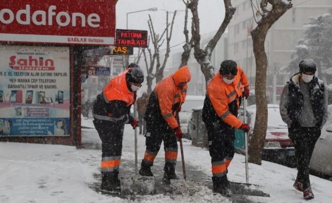 Niğde'de karla mücadele ekipleri sahada