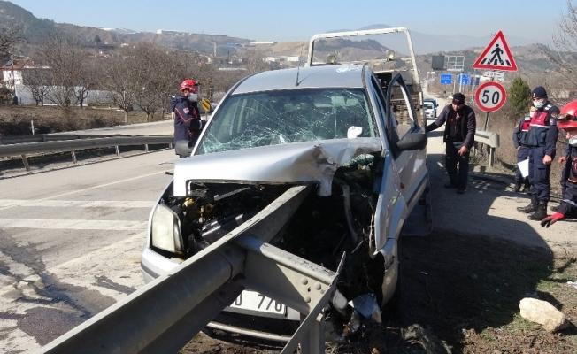 Otomobil bariyere ok gibi saplandı, sürücü ölümden döndü